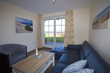 Wohnzimmer mit Terrasse mit Blick auf das Wasser