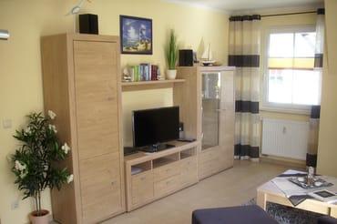 Wohnzimmerschrank mit TV, Hifi-Anlage, DVD-Player