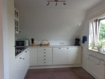 Familiengerecht ausgestattete Küche mit Geschirrspüler, Mikrowelle, Radio/CD-Player, Kühlschrank mit Gefrierfach, Kaffeemaschine, usw.