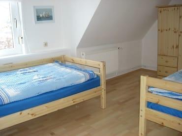 Das Schlafzimmer ist mit zwei Einzelbetten ausgestattet.