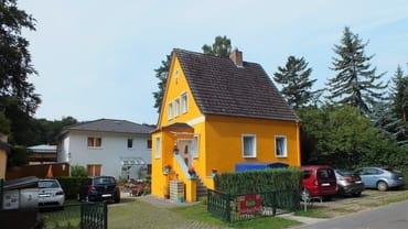 Die Ferienwohnung befindet sich im gelben Haus im OG