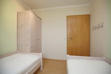 2. Schlafzimmer mit Kleiderschrank