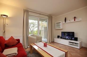 Wohnbereich mit LCD-Fernseher, DVD und Stereo-Anlage