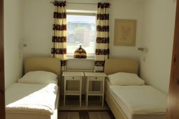 seniorengerechte Betten(auseinander gestellt) im Schlafzimmer