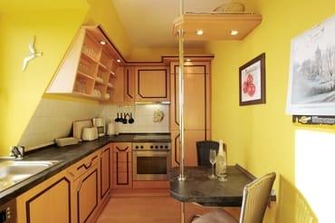 die separate Küche mit Backofen, Geschirrspüler, Ceranfeld und allen zum Kochen wichtigen Utensilien