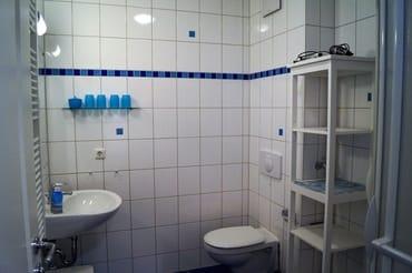 Maritimes Badezimmer mit Dusche und WC
