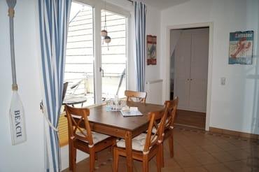 Moderne Einbauküche mit Sitzecke am Fenster