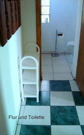 Flur zwischen Dusche und Toilette
