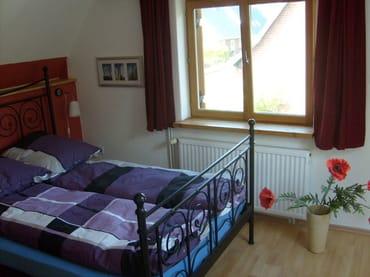 Schlafzimmer (Bett 1,40 x 2,00)