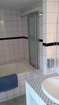 Badezimmer mit Wanne und Duschmöglichkeit