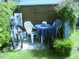 Die 2 Fahrräder mit möblierter Terrasse