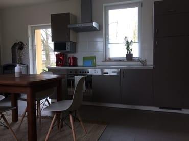 Küche mit Sitzecke und Kamin