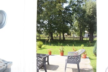 Blick über Außenbereich mit Gartenmöbeln