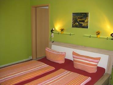 Schlafzimmer mit Eingangstür