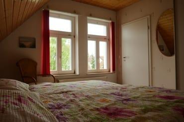 Großes Schlafzimmer mit 2 x 2 m Bett mit getrennten 7-Zonen-Kaltschaummatratzen