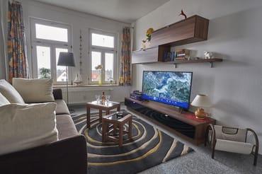 Wohnzimmer mit großem Sat-TV und etwas Ostseeblick