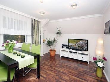 Wohnzimmer mit Essplatz und Flat-TV, DVD-Player, Spiele, DVD´s u.v.m.