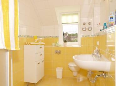 helles Duschbad mit Fenster