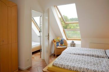 Schlafzimmer mit weiteren kleinen Schlafzimmer (Koje), aber normales breites Bett