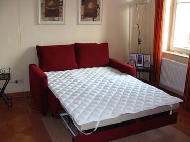 Das aufgeklappte Schlafsofa mit einer Liegefläche von 140 x 200