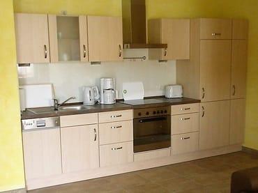 Moderne Küchenzeile mit entsprechenden Elektrogeräten