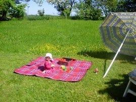 Eine Wiese zum sonnen, dösen, spielen, picknicken, zelten, grillen und und und - direkt am Häuschen!