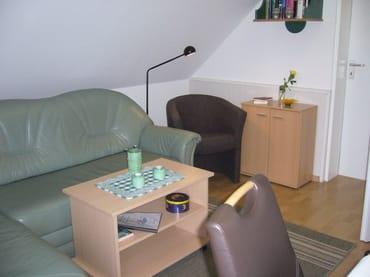 Gemütliches Wohnzimmer mit Leseecke
