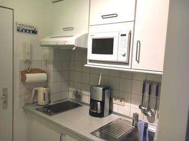 """Vollausgestattete """"Pantry""""-Küche mit Geschirr, Gläsern, Töpfen u. Pfannen, Besteck, elektr.Wasserkocher, Toaster, Kaffeemaschine, Teegeschirr, Spülmittel, Geschirrhandtücher,Haushaltsrolle inklusive"""