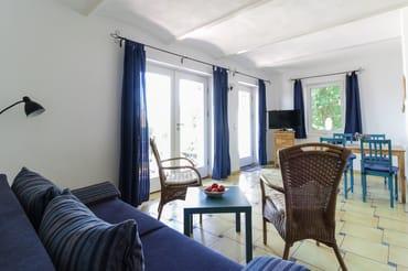 Wohnbereich mit Terrasse und Kamin