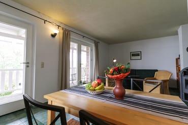 Wohnzimmer mit Balkon und Kamin