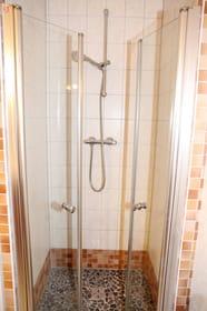 Die ebenerdige Dusche mit Steinboden ist wie eine Fußmassage:)