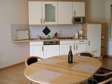 Großer Esstisch in unmittelbarer Nähe zur Küche