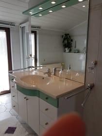 Anderer Blickwinkel,hinterdem Waschtisch befindet sich die Dusche