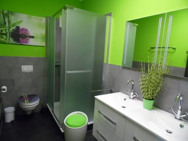 neues Bad in der mittleren Etage mit großer Dusche, Föhn, Doppelwaschbecken und WC - in dieser Etage befindet sich auch das Wohnzimmer mit Küchenbereich