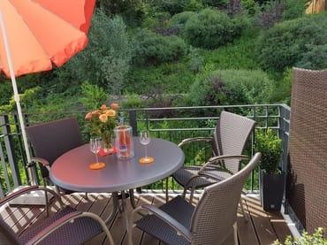Der Balkon im 3. Obergeschoß mit Blick zum Friedensberg. Die Sonne lädt ab Mittag zum Sonnenbaden ein. Der Sichtschutz bietet Ihnen eine angenehme Privatsphäre.
