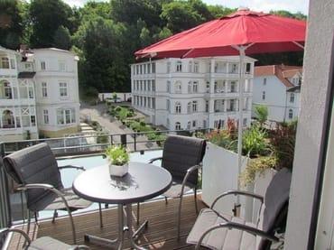 Frühstücken auf dem vorderen Balkon mit Blick...