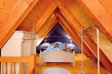 Schlafzimmer im Spitzboden mit Dachgaubenfenster