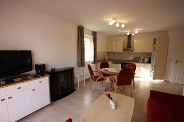 Wohnzimmer mit Blick auf Küchenzeile