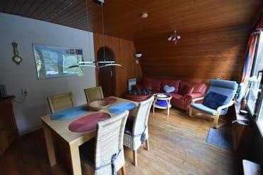 Wohnraum mit Sitzecke und Essbereich