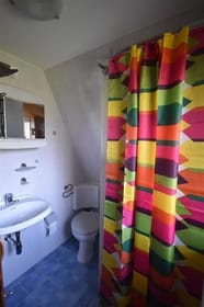 Bad mit Duschecke und Toilette