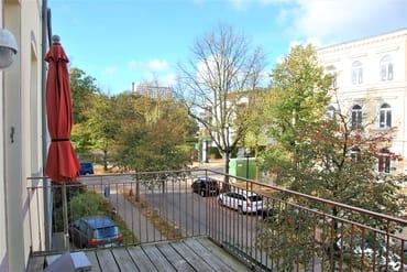 möblierter Balkon mit Blick auf den Kurpark