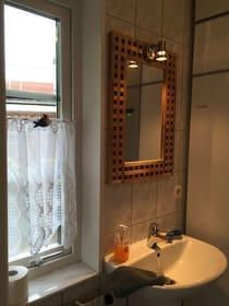 Ferienhaus Residenz zu den 3 Tannen Zingst - zusätzliches, kleines Bad im Erdgeschoss mit Waschbecken, Toilette und Waschmaschine