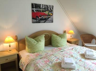 Ferienhaus Residenz zu den 3 Tannen Zingst - Schlafzimmer mit Doppelbett