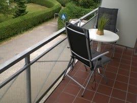Balkon mit Tisch und Liegestühle