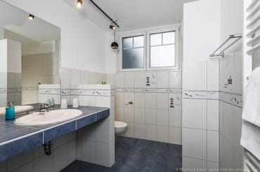 Bad mit Dusche, Waschtisch, Handtuchtrockner