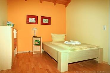 Schlafzimmer 2 mit großem Bett (1,40 x 2,00)