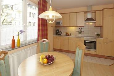 vollausgestattete Küchenzeile im kombinierten Wohn-/Küchenbereich