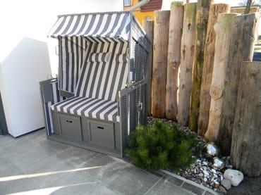 Der Strandkorb für das Sonnenbad auf der Terrasse