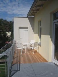 Balkon mit Sitzgruppe im Obergeschoss