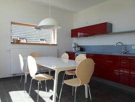 Küche - Kochzeile mit Backofen, Geschirrspüler, Kühlschrank